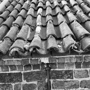Oude holle en bolle dakpannen, DakVlak BV uw dakdekker in Amsterdam